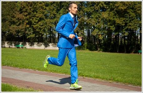 f5493c620 Nie byłoby w tym nic zaskakującego, gdyby nie fakt, że sportowiec pobiegnie  ubrany w garnitur! Elegancko na mecie